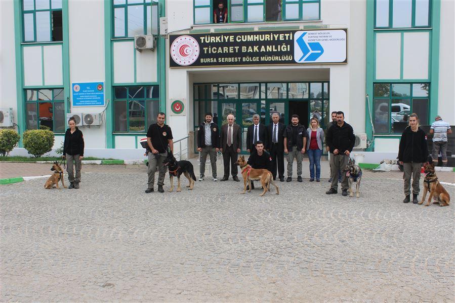"""Ankara Köpek Eğitim Merkezinden gelen 13.Dönem Narkotik Dedektör Köpeği ve İdareci Temel Eğitim Kursu kapsamında """"Köpek İdarecileri Eğitimi"""" Bursa /Gemlik Limanında düzenlenmiştir."""